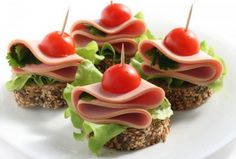 Super snacks for party finger food canapes Ideas Party Finger Foods, Finger Food Appetizers, Appetizer Recipes, New Year's Snacks, Snacks Für Party, Parties Food, Party Food Platters, Food Dishes, Cookbook Recipes