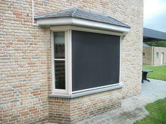 Een screen bedekt uw raam volledig. Deze zonwering hangt vlak tegen de buitenkant van uw raam aan. Hierdoor krijgt zonlicht geen kans om binnen te dringen. Dit maakt een screen één van de meest doeltreffende zonwering.