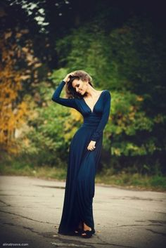Вечернее платье c вырезом на груди в пол, цвет темно синий