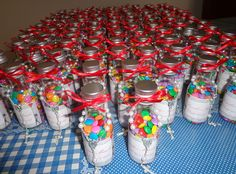 Garrafinha com confetes de chocolate e mini-terço! Lembrança única para seu casamento!