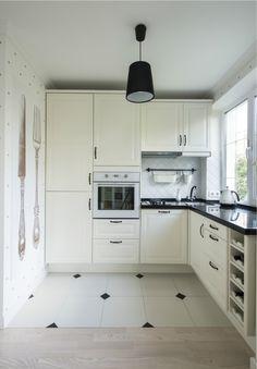 Плитка в комбинации с паркетной доской на кухне, совмещенной с гостиной в хрущевке
