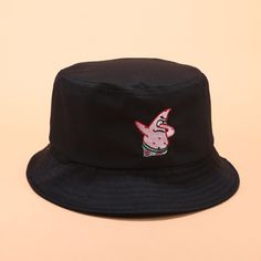 Look Com Bucket Hat, Black Bucket Hat, Cool Bucket Hats, Outfits With Hats, Cool Outfits, Bucket Hat Outfit, Types Of Hats, Fisherman's Hat, Stylish Hats
