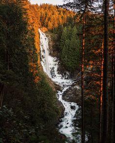 Frozen Wallace Falls . Washington