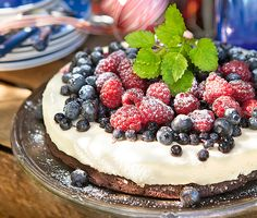 Lakrits och citron är som gjorda för varandra. Här i en maffig tårta med browniebotten smaksatt med lakritspulver och med en syrlig citronmousse. Garnera generöst med sommarens söta bär strax före servering.