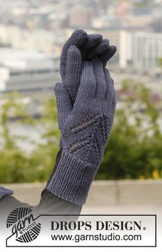 """Knitted DROPS gloves with lace pattern in """"Merino Extra Fine"""". ~ DROPS Design"""