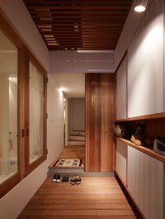 La Firme japonaise Fujiwarramuro Architectes a crée la Nada House qui est une maison étroite de 63 m² et minimaliste en sandwich entre deux bâtiments du c