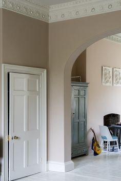 Setting Plaster by Farrow&Ball is a dusty pink is named after the blushing walls we often admire in newly plastered houses. Farrow Ball, Dimity Farrow And Ball, Farrow And Ball Paint, Room Colors, Wall Colors, Paint Colors, Dead Salmon Farrow And Ball, Niche Living, Farrow And Ball Living Room