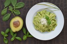 Easy, Healthy and Dairy-Free Recipe for Pesto Pasta? Try the Zesty Kimberley Snyder Avocado Pesto Veggie Pasta. Avocado Recipes, Lunch Recipes, Pasta Recipes, Healthy Recipes, Budget Recipes, Sauce Recipes, Creamy Avocado Pasta, Avocado Pesto, Fruit Kaki