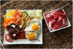 stekte egg, bacon, røkelaks, osteskiver, fetaost og godt med grønt; tomat, gul, rød og oransje paprika, minimais og salatblader.