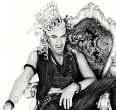 John Galliano Même si J.G a tenu des propos antisémites il est pour moi l'un des plus talentueux de notre époque. Déchu de la Maison Christian Dior et de sa propre maison, il est de retour en 2013 pour la Maison Oscar de La Renta. Bon retour!!!