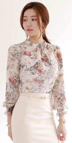 22 Elegant Blouses That Will Inspire You This Winter outfit fashion casualoutfit fashiontrends Work Fashion, Hijab Fashion, Fashion Dresses, Women's Fashion, Winter Fashion, Hijab Stile, Look Street Style, Frack, Designs For Dresses