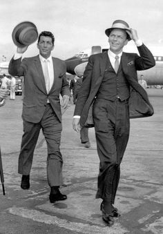 Frank Sinatra & Dean Martin waving to fans after they exit a flight. I think the only man in Hollywood now that epitomizes this kind of class now is George Clooney ❤️ Dean Martin, Joey Bishop, Kevin Spacey, Classic Hollywood, Old Hollywood, Famous Celebrities, Celebs, Blonde Celebrities, U2 Music