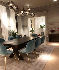 Today we are going to show you some of the most dazzling blue dining room designs along with some basic design tips that will help you define your own dining room style. Just keep scrolling and fall in love with these mesmerizing modern dining room ideas. Dining Room Blue, Dining Room Design, Interior Design Living Room, Luxury Dining Room, Modern Dining Rooms, Modern Dining Room Lighting, Modern Dinning Room Ideas, Kitchen Dining, Dining Room Ceiling Lights