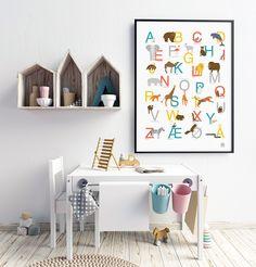 Med denne alfabetplakaten vil barnerommet få et dekorativt og lærerrikt innslag.Plakaten kommer i ...