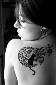 cute-cat-on-moon-tattoo-on-shoulder-back