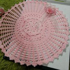 """13 Beğenme, 1 Yorum - Instagram'da p & y tasarim atolyesi (@pytasarim): """"Züleyha Hanim icin calismamiz devam ediyor #örgüsupla #supla #sunum #tigisi #hediyelik…"""" Doily Patterns, Baby Knitting Patterns, Crochet Patterns, Crochet Dollies, Crochet Hats, Crochet Mandela, Doily Dream Catchers, Doilies, Diy And Crafts"""