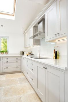 Modern Kitchen Interior We always get very excited about sharing our latest projects and this kitchen is no exception! This is a fantastic kitchen space . Grey Shaker Kitchen, Classic Kitchen, Gray And White Kitchen, Shaker Style Kitchens, Open Plan Kitchen Living Room, Home Decor Kitchen, New Kitchen, Home Kitchens, Awesome Kitchen