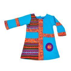 Guantes de lana para mujer y bolso en viejo fondo de madera rústica, accesorios de mujer, ropa de abrigo para el otoño o el invierno