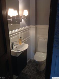 94 inspirerande bilder och idéer på bröstpanel Small Toilet Room, Buy Tile, New England Style, Bathroom Inspo, Marrakech, Corner Bathtub, Powder Room, Sink, House Design