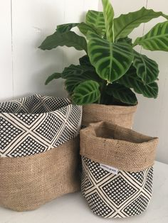 Our reversible hessian planter bags are designed to adorn you ordinary plastic planter pots and add some finer detail to your home! These reversible hessian planter bags are made to fit straight over any standard (small), (large) or (x la Diy Home Crafts, Diy Crafts To Sell, Diy Home Decor, Plant Bags, Plant Covers, Decoration Plante, Basket Decoration, Sewing Projects, Diy Projects