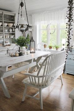 It is easier to make your own home interior design rather than buying all items for the design. First, surely you will not have to spend a lot budget to design your home interior. Shabby Chic Dining Room, Shabby Chic Kitchen, Shabby Chic Homes, Shabby Chic Decor, Kitchen Decor, Design Kitchen, Design Your Home, Home Interior Design, Vibeke Design