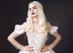 """reina blanca -  """"la Reina Blanca es la versión Beverly Hills de la Reina Roja. De hecho, ella es un poco más fuerte, con brillo, es una especie de """"bruja buena"""". Hay mucha feminidad en sus siluetas y la forma de su ropa. Su vestido tiene muchas capas de tela, con seda y estampados que la hacen destellar, pero no excesivamente."""""""