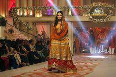 Una modelo presenta una creación de grupo de diseñadores paquistaní Estrellas del oro durante la Couture Bridal Week en Karachi, Pakistán (Foto: REUTERS)