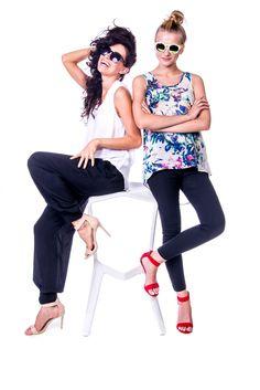 Idealne na lato #depare #pants #blouse #flowers #navy #white #model #session #chair #summer #sukienki #spodnie #bluzki #sesja