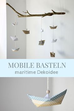Maritime Dekoidee: DIY für ein Papierboot Mobile. Ein Mobile selber basteln ist leichter als gedacht. Ihr müsst lediglich Papierschiffchen falten, auffädeln und an einen Dekoast knoten. Die maritime Deko eignet sich als Kinderzimmer Dekoidee, als Badezimmerdeko oder auch als Babyzimmer Deko. Das Mobile basteln kann man auch mit Kindern. Es ist ein einfaches Origami Mobile.
