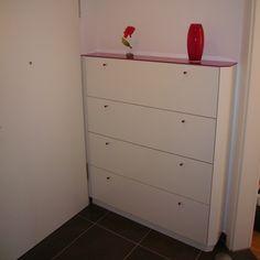 #Schuhschrank weiß lackiert mit Deckplatte in rotem Glas