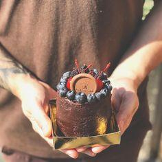 Um mini bolinho rústico bem chocolatudo pra combinar com o início do inverno.😍😱 ✔ Massa de chocolate ✔ Nosso delicioso brigadeiro belga ao…