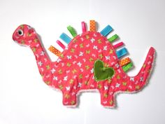 jolie doudou dino rose à étiquettes  de Nanalili sur DaWanda.com Sewing Crafts, Sewing Projects, Projects To Try, Diy Crafts, Diy Sensory Toys, Baby Gifts To Make, Montessori Baby Toys, Dou Dou, Tag Blanket