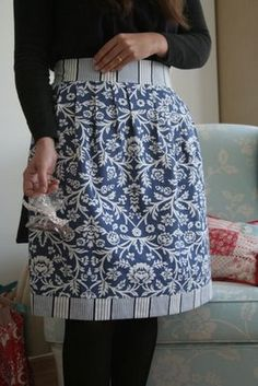 I have this pattern (Amy Butler Short Pleated Apron; sewing kit pattern box). Love the colors she used here!