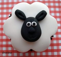 shaun the sheep Sheep Cupcakes, Sheep Cake, Animal Cupcakes, Love Cupcakes, Sheep Fondant, Iced Cookies, Cute Cookies, Cupcake Cookies, Cookies Et Biscuits