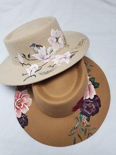 Customized hoeden, het is nu ook in Nederland mogelijk. Voor de modieuze vrouw, de boho bruid of de chique dame. Naar wens beschildert AIM your WEDDING jouw hoed of ik lever de hoed van Rebel & the Gypsea er bij, ben je meteen klaar en deze hoed is van binnen op maat te maken. Binnenkort meer Cowboy Hats, Fashion, Accessories, Moda, Fashion Styles, Fashion Illustrations