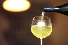 Caia na folia com o vinho chardonnay
