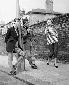 Teddy Boys British subculture typified by young men wearing clothes that were partly inspired by the styles worn by dandies in the Edwardian period Teddy Girl, Teddy Boys, Teddy Boy Style, 1950s Fashion, Boy Fashion, Vintage Fashion, Fasion, Fashion Tips, Rockabilly