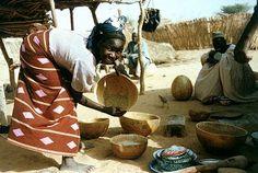 Afrikkalainen nainen laittaa ruokaa