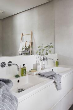 Sisustusblogi, rakentamisblogi, designblogi joka muotoutui haaveesta asua loft-henkisessä skandimodernissa talossa ripauksella tanskalaista särmää Modern Bathroom, Small Bathroom, Bathrooms, Mosaic Bathroom, Minimalism, Toilet, Sink, New Homes, Bathtub