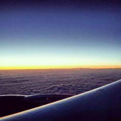 Viendo el amanecer por la ventanilla decidió renunciar. Así, nadie se enteró que había una bomba a bordo. #instacuento