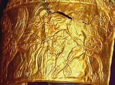 """Dobândirea nemuririi este redată pe coiful de la Cucuteni-Băiceni prin reprezentarea Pomului Vieţii păzit de cei doi cai înaripați, sugerând deschiderea căilor către nemurire şi accesul neîngrădit spre izvorul energiei fertilizante, pentru dobândirea """"tinereţii fără bătrâneţe şi viaţă fără de moarte"""". Antelope Canyon, Cai, Nature, Painting, Naturaleza, Painting Art, Paintings, Nature Illustration, Painted Canvas"""