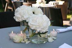 Ortensia bianca in semplice vaso trasparente. Delicato e adatto ad una tavola classica