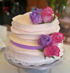 Pastel de boda de tres leches, cubierto con queso crema dulce y adornado con fondant y rosas naturales.  // Tres leches wedding cake with sweet cream cheese icing, fondant and fresh roses.  www.pixiepastry.mx