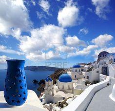 L'île de Santorin avec l'église et vase bleu en Grèce Banque d'images