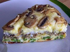 Eine herzhafte Torte mit Pilzen, Hackfleisch und Käse A hearty cake with mushrooms, different cheeses, minced meat and green beans. You can use different ingredients according to your taste. Egg Recipes, Diet Recipes, Chicken Recipes, Cooking Recipes, Puff And Pie, Low Fat Cheese, Good Food, Yummy Food, Russian Recipes