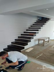 Interior floating stairs with metallic framework hidden into the wall. Wooden Staircases, Wooden Stairs, Types Of Stairs, Glass Stairs, Wood Steps, Floating Staircase, Interior Stairs, Wood Interiors, Types Of Wood