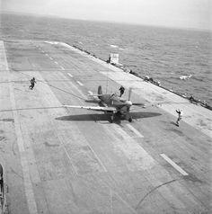 Aéronautique navale sur les porte-avions Colossus (futur Arromanches) et Dixmude en mer Méditerranée. – ECPAD