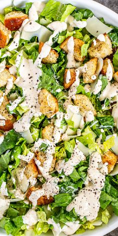 This classic Caesar Salad Recipe is such a crowd pleaser! Crispy and fresh romaine, fresh parmesan cheese, crunchy croutons all tossed in a creamy homemade caesar dressing. Supper Recipes, Entree Recipes, Top Recipes, Sweets Recipes, Brunch Recipes, Salad Recipes, Easy Delicious Recipes, Amazing Recipes, List Of American Foods