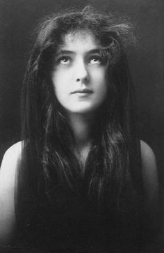 A very candid photograph of Evelyn Nesbit, an American photographer's model, and show girl. Mistress of famous Gilded Age era - NYC architect, Stanford White. ~  Napoleon Sarony Photographic Studio - NYC.~~ {cwl} ~ (Image: Wordpress)