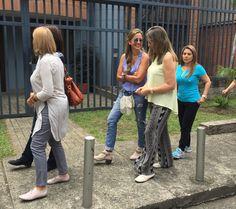 A pesar de la extensa fila, las personas esperaban tranquilamente para ingresar a realizar su derecho al voto, en compañía de sus amigos y familiares.